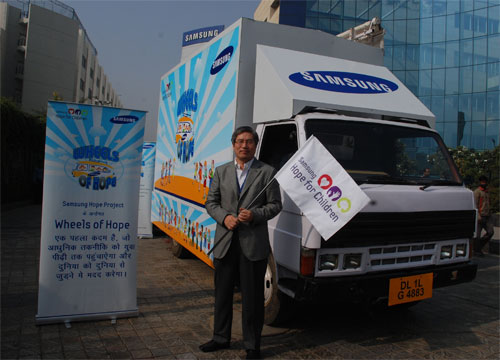 Samsung tuckert mit dem Wheels of Hope Bus durch Indien