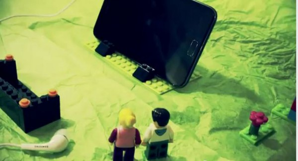 lego note 600x325 [Video] Samsung Galaxy Note Unboxing Lego Style