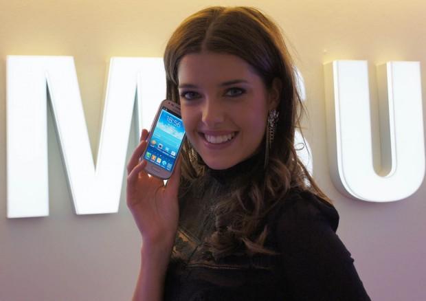 Samsung Galaxy S III Mini in den Händen von Marie Nasemann