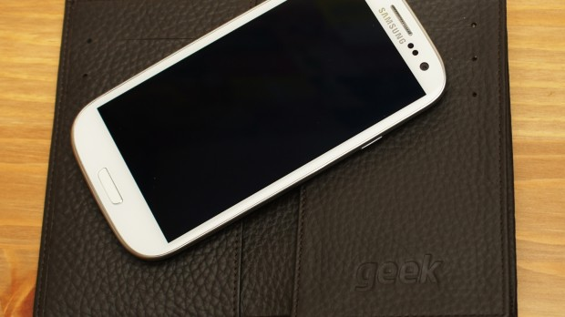 Geek youtube 620x348 Geek Etui: Das Samsung Galaxy S III im Portemonnaie [Review]