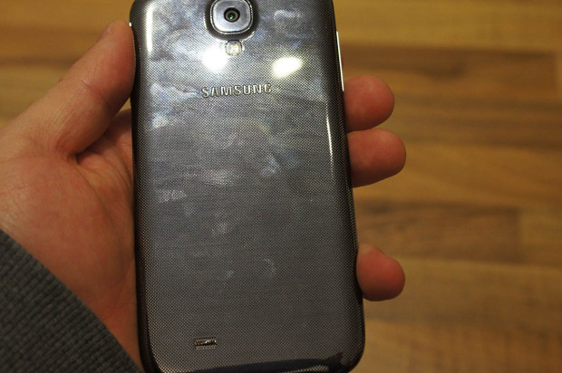 Samsung Galaxy S4 prev backside fingerpringt 620x412 Samsung Galaxy S4: (M)Ein erster Eindruck [Video]