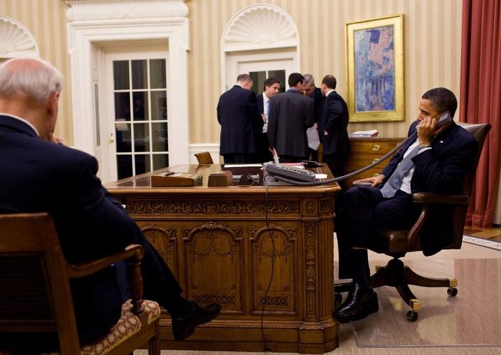 1280px-Obama_calls_Mubarak_Oval_Office_Jan_2011