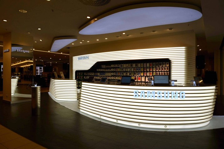 Samsung Mobile Store KaDeWe 2 716x477 Samsung Mobile Store im KaDeWe in Berlin eröffnet   Galaxy S5, Gear 2 und Gear Fit ausgestellt