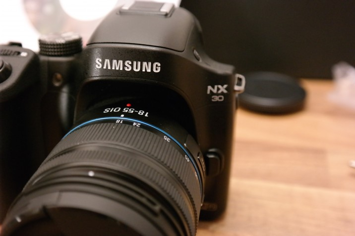 SAM 5246 716x477 Samsung NX1: Neues 28 MP Kamera Flaggschiff mit 4k Video zur Photokina?