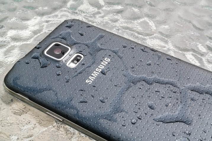 Samsung Galaxy S5 Rueckseite Wasser