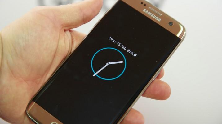 В предложенном материале изложен алгоритм действий, как вернуть часы на экран андроид-смартфона и установке аналогичных новых часов с google play.